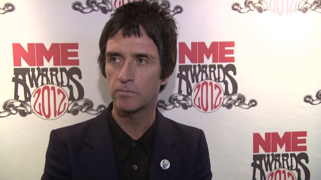 johnny marr on the awards british music what he's listening to at nme awards 2012 reactions at brixton academy on february 29 2012 in london england - ジョニー マー点の映像素材/bロール