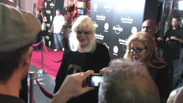 johnny winter at hard rock cafe in hollywood at the celebrity sightings in los angeles at los angeles ca. - ハードロックカフェ点の映像素材/bロール