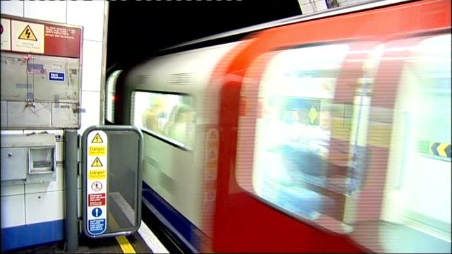 johnson confident funding can be found for crossrail 2 london undergroudn tube train from tunnel and into station passengers on platform as train... - クロスレール路線点の映像素材/bロール