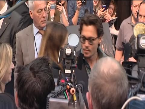 johny depp surrounded by press at the london premiere for 'pirates of the caribbean 4' - circondare video stock e b–roll
