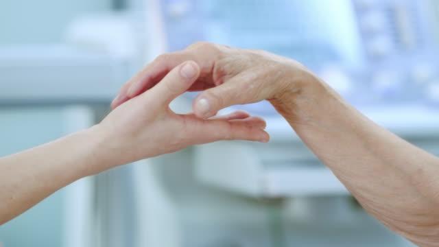 Unirse a las manos en una clínica