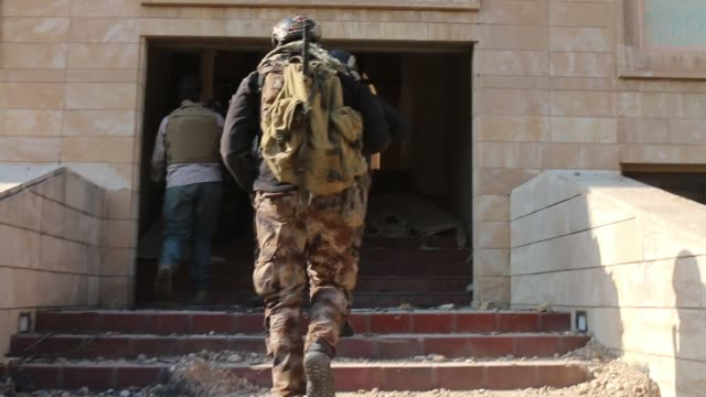 joining iraqi counter terrorism forces [ictf] as they first enter the nineveh international hotel on the banks of the tigris river in eastern mosul.... - isis stock-videos und b-roll-filmmaterial