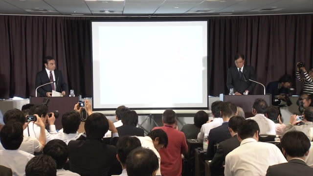 vidéos et rushes de joint press conference of nissan motor co and mitsubishi motors corp in yokohama nissan motor co president and ceo carlos ghosn and mitsubishi motors... - ghosn