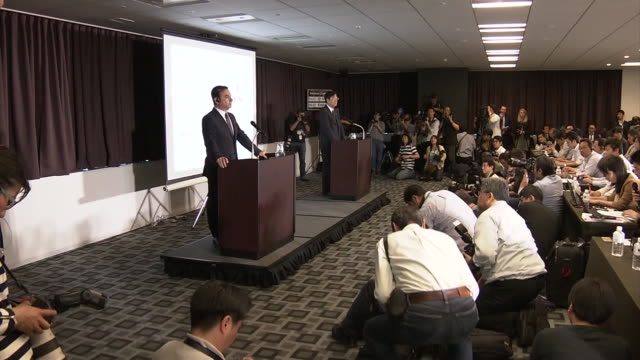 vidéos et rushes de joint press conference of nissan motor co and mitsubishi motors corp in yokohama long shot of reporters in the large conference room pans to nissan... - ghosn