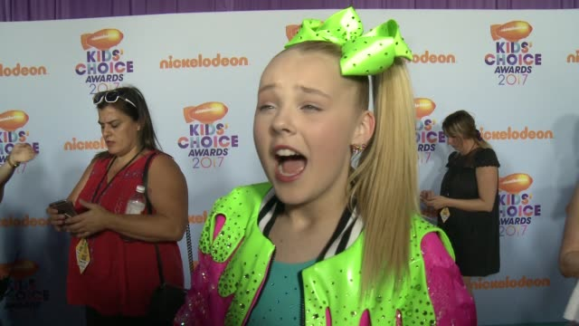 interview jojo siwa on how she feels to be attending the kcas what it means to be nominated and if she wants to be slimed at nickelodeon's 2017 kids'... - nickelodeon kids' choice awards stock videos & royalty-free footage