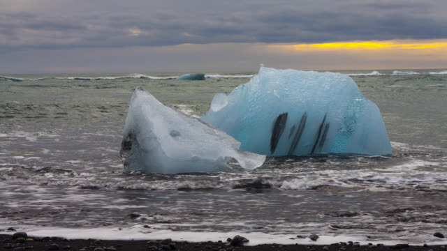 jokulsarlon beach, vatnatjokull glacier, south iceland, iceland, europe - jokulsarlon stock-videos und b-roll-filmmaterial