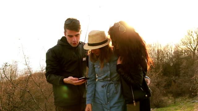 albergo jolly uomo e due belle fidanzate alla ricerca di cellulare - jolly video stock e b–roll