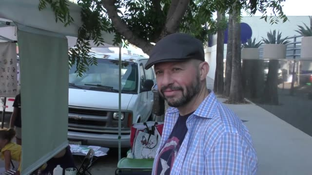interview jon cryer talks about how he wants johnny quest back on tv while shopping at the farmer's market in studio city in celebrity sightings in... - jon cryer video video stock e b–roll
