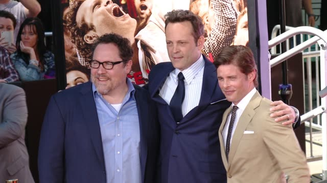 vidéos et rushes de jon favreau, vince vaughn and james marsden at vince vaughn immortalized with handprint-footprint ceremony at tcl chinese theatre imax on march 04,... - tcl chinese theatre