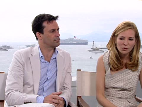 vídeos y material grabado en eventos de stock de jon hamm and jennifer westfeldt on the writing style the subject matter the layers of the story at the friends with kids interview 64th cannes film... - jennifer westfeldt