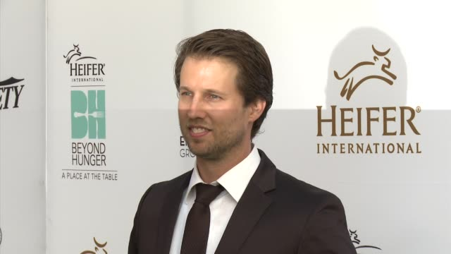 """jon heder - heifer international hosts 3rd annual beyond hunger: """"a place at the table"""" gala at montage beverly hills on august 22, 2014 in beverly... - モンタージュ・ビバリーヒルズ点の映像素材/bロール"""