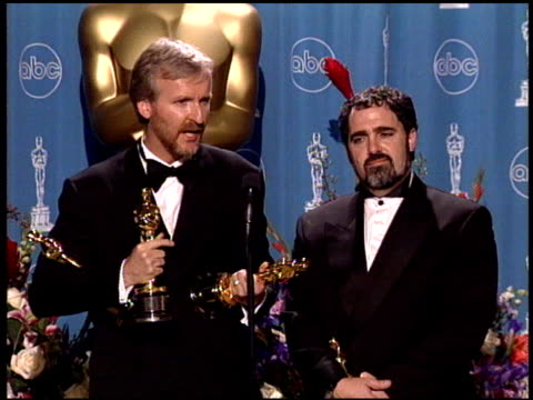 stockvideo's en b-roll-footage met jon landau at the 1998 academy awards at the shrine auditorium in los angeles california on march 23 1998 - 70e jaarlijkse academy awards