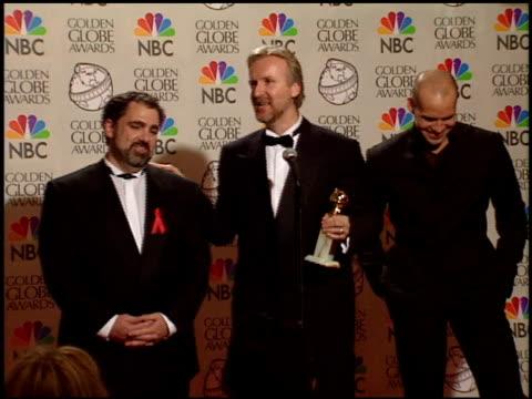 jon landau at the 1998 golden globe awards at the beverly hilton in beverly hills california on january 18 1998 - premio golden globe video stock e b–roll