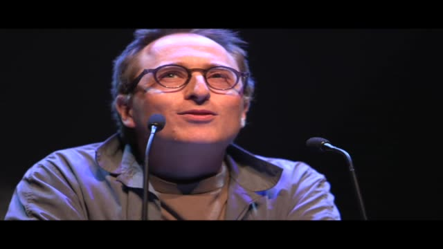 vidéos et rushes de jon ronson, author of the best-selling 'the men who stare at goats' and 'the psychopath test', reads one of his own unpublished short stories. - littérature