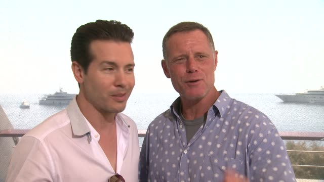 vidéos et rushes de interview jon seda jason beghe on shooting during the brutal chicago winters at 54th montecarlo television festival day 4 on june 10 2014 in... - seda
