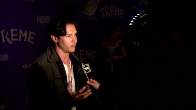 vidéos et rushes de jon seda talking to reporter on the red carpet at the museum of modern art - seda