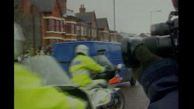 jon venables sentenced to two years for child sex offences; tx 14.5.1993 preston: ext prison van carrying venables attacked by crowd outside court -... - ジョン ベナブルズ点の映像素材/bロール