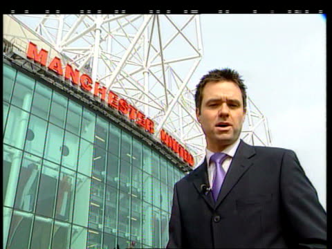 jon venables trip to manchester united angers denise bulger; itn england: manchester: old trafford i/c - ジョン ベナブルズ点の映像素材/bロール