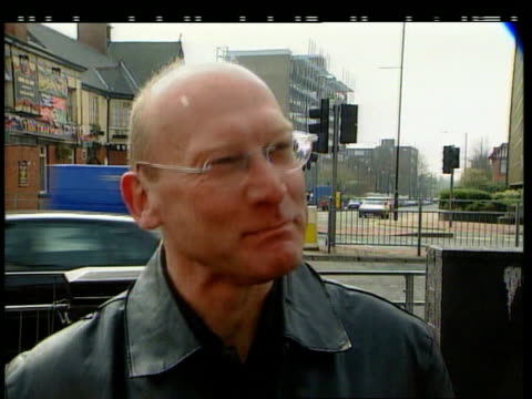 jon venables trip to manchester united angers denise bulger; itn england: manchester vox pops mancunians on bulger killer's trips to old trafford - ジョン ベナブルズ点の映像素材/bロール