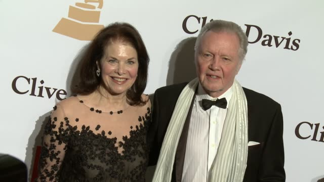 stockvideo's en b-roll-footage met jon voight and sherry lansing at the 2016 pregrammy gala and salute to industry icons honoring irving azoff at the beverly hilton hotel on february... - irving azoff
