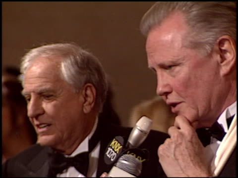 vídeos de stock, filmes e b-roll de jon voight at the 2005 dga director's guild of america awards at the beverly hilton in beverly hills california on january 29 2005 - director's guild of america