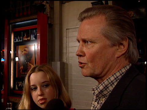 jon voight at the premiere of 'the beach' at grauman's chinese theatre in hollywood, california on february 2, 2000. - マン・シアターズ点の映像素材/bロール