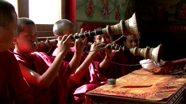 Escuela Jonangpa monje estudiantes tocando instrumentos de viento de madera