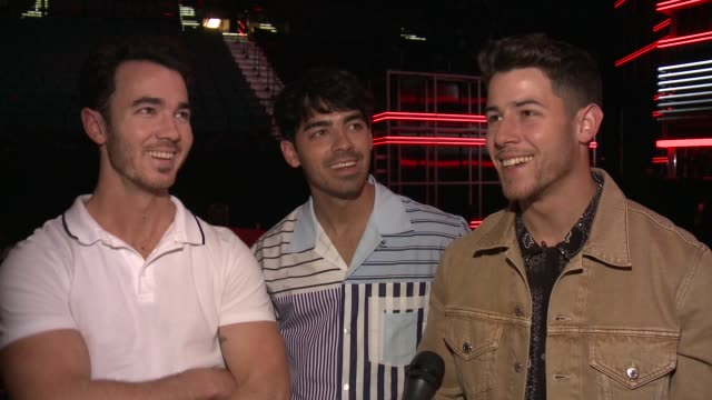 vidéos et rushes de interview jonas brothers on how it feels to be perform together after 10 years talks about topping the billboard charts after a 6 year hiatus and... - billboard music awards