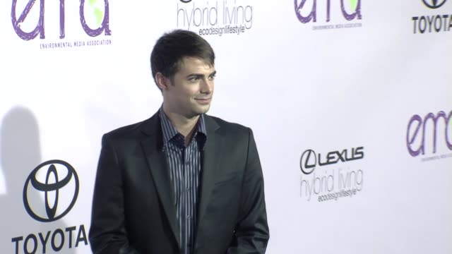 jonathan bennett at the the 18th annual environmental media awards benefiting the environment at los angeles ca - environmental media awards点の映像素材/bロール