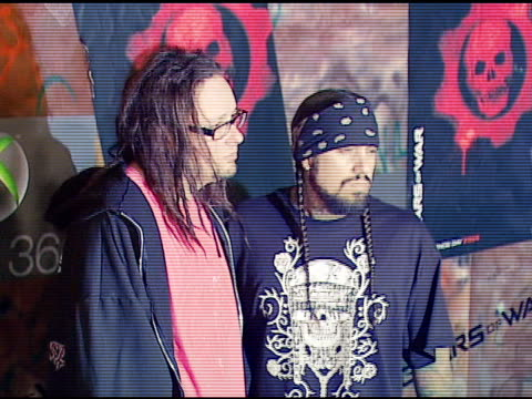 jonathan davis and fieldy of korn at the xbox 360 gears of war launch at hollywood forever cemetery in los angeles, california on october 25, 2006. - ギアーズオブウォー点の映像素材/bロール