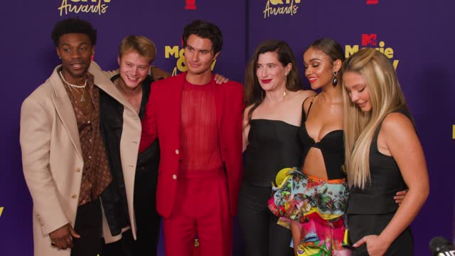 jonathan daviss, rudy pankow, chase stokes, kathryn hahn, madison bailey, and madelyn cline at the2021 mtv movie & tv awards - backstageonmay 16,... - mtv stock videos & royalty-free footage