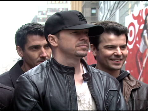 stockvideo's en b-roll-footage met jonathan knight joey mcintyre danny wood donnie wahlberg and jordan knight at the izod macy's presents new kids on the block at macy's in new york... - jongensband