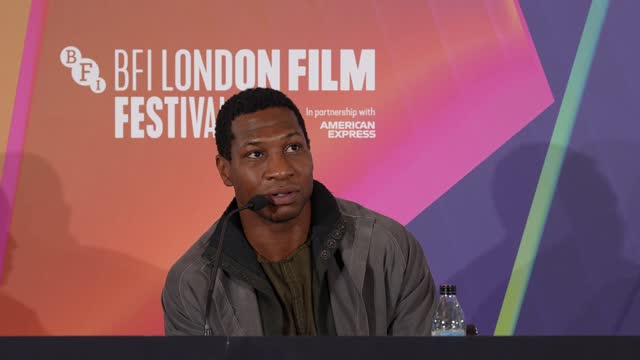 """vídeos de stock e filmes b-roll de jonathan majors on the influence of western films on him, what he thought when he first read the script at """"the harder they fall"""" press conference... - western script"""