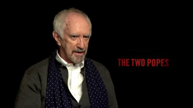 vidéos et rushes de jonathan pryce and anthony mccarten speak about 'the two popes' which features pryce as pope francis opposite sir anthony hopkins as pope benedict xvi - anthony hopkins