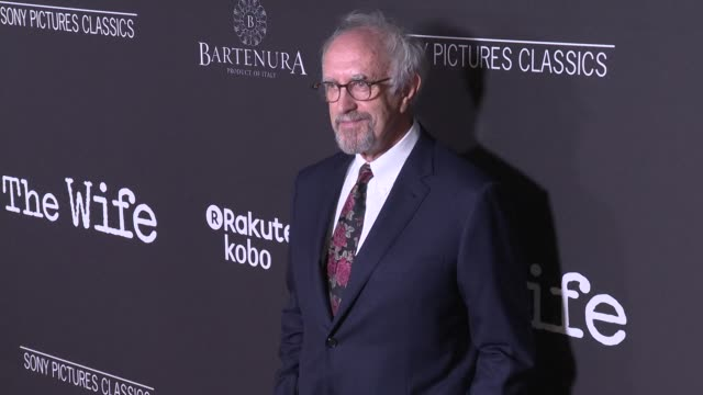 """jonathan pryce at the """"the wife"""" los angeles premiere at pacific design center on july 23, 2018 in west hollywood, california. - ジョナサン・プライス点の映像素材/bロール"""