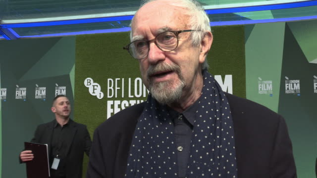 jonathan pryce on terry gilliam taking 30years to make the film, riding a horse on set, the fake plastic hedge the the bfi at 'the man who killed don... - ジョナサン・プライス点の映像素材/bロール