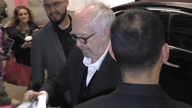 vidéos et rushes de jonathan pryce signs for fans outside arclight cinemas in hollywood in celebrity sightings in los angeles, - arclight cinemas hollywood