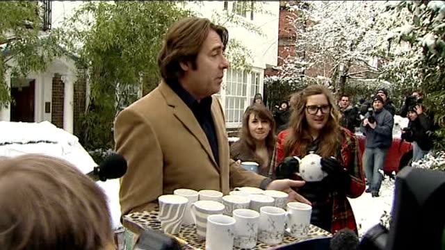 jonathan ross announces he is leaving the bbc statement outside house england london photography * * jonathan ross out of house carrying tray of mugs... - jonathan ross giornalista inglese video stock e b–roll