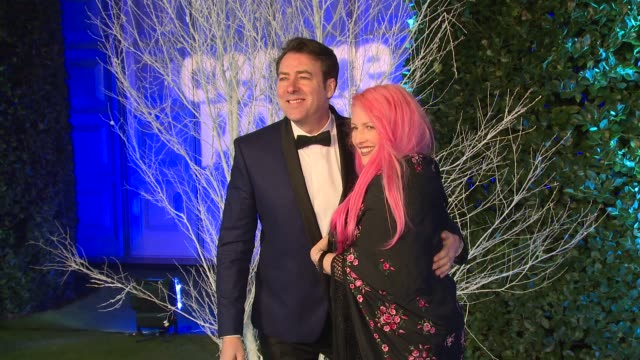jonathan ross at winter whites gala at kensington palace on november 26, 2013 in london, england - イギリスのブロードキャスター ジョナサン・ロス点の映像素材/bロール