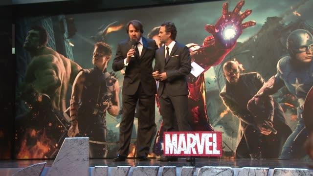jonathan ross & mark ruffalo at avengers assemble european premiere at westfield on april 19, 2012 in london, england - イギリスのブロードキャスター ジョナサン・ロス点の映像素材/bロール