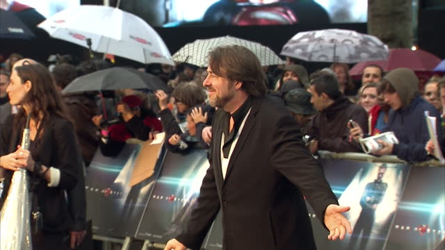 vídeos y material grabado en eventos de stock de jonathan ross posing for photo op on red carpet at man of steel film premiere in leicester square jonathan ross photo op on red carpet at leicester... - superman superhéroe