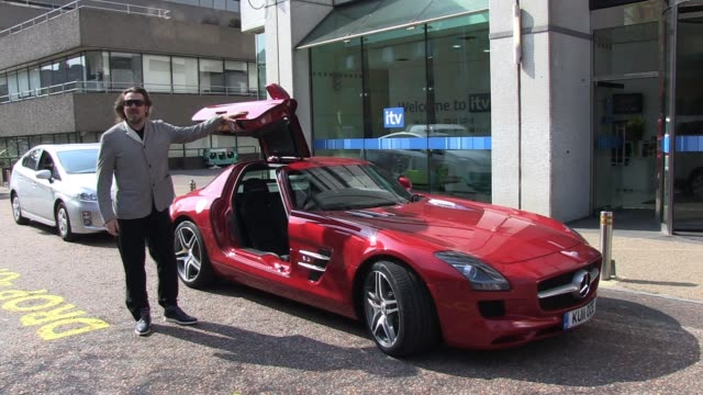 jonathan ross takes a £200000 mercedes sports car for a test drive sighted jonathan ross on april 18 2011 in london england - privatfahrzeug stock-videos und b-roll-filmmaterial