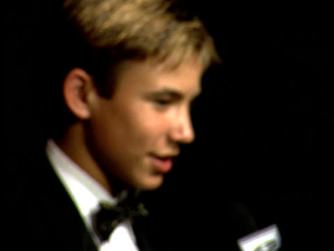 Jonathan Taylor Thomas speaks to a reporter on the red carpet
