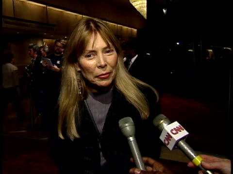 Joni Mitchell talks to reporter about her favorite Jack Nicholson films on red carpet
