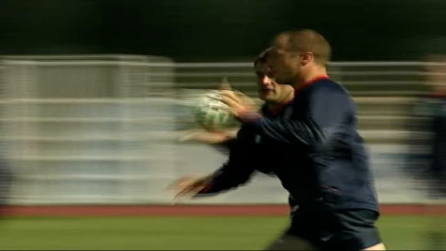 Jonny Wilkinson injures ankle FRANCE Paris Versailles EXT England Rugby Union team training in preparation for World Cup Players passing the ball...