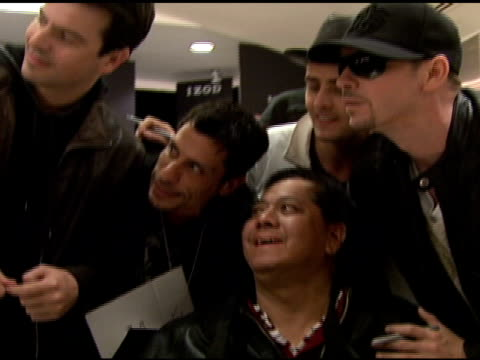 stockvideo's en b-roll-footage met jordan knight danny wood joey mcintyre donnie wahlberg and fan at the izod macy's presents new kids on the block at macy's in new york new york on... - jongensband