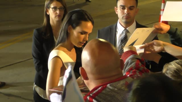 jordana brewster arriving to american crime story the people v oj simpson at village theatre in westwood celebrity sightings on january 27 2016 in... - westwood village stock-videos und b-roll-filmmaterial