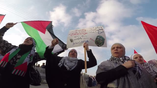 vídeos de stock e filmes b-roll de jordanians stage a protest against us president donald trumps announcement to recognize jerusalem as the capital of israel and plans to relocate the... - embaixada dos eua