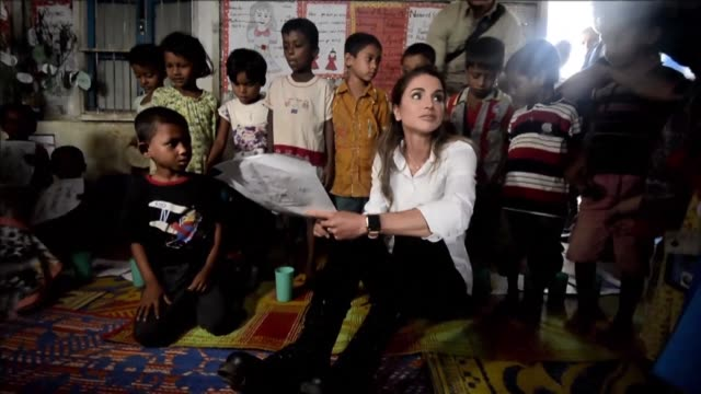 jordan's queen rania visits rohingya children and their parents at the kutupalong refugee camp in ukhia - königshaus stock-videos und b-roll-filmmaterial
