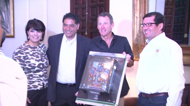 jorge herrera caldera lance armstrong and juan avalos at mex lance armstrong is the surprise guest of honor and leads the ride at the durango to... - ランス・アームストロング点の映像素材/bロール
